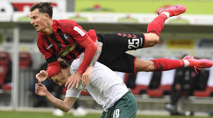 In Schieflage: Der Freiburger Robin Koch (oben) bei der 0:1-Heimniederlage gegen Werder Bremen um Josh Sargent.