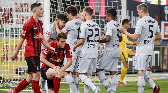 Während die Leverkusener ihren Matchwinner Kai Havertz (hinten links) feiern, ist den Freiburgern Roland Sallai und Dominique Heintz (v. l.) die Enttäuschung nach dem 0:1 anzusehen.