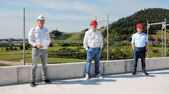 Auf dem Dach des Rohbaus der WTO GmbH in Ohlsbach feierten am Montag Markus Huber (von links), Geschäftsführer von Rendler Bau, Architekt Jürgen Grossmann und WTO-Geschäftsführer Sascha Tschiggfrei Richtfest.