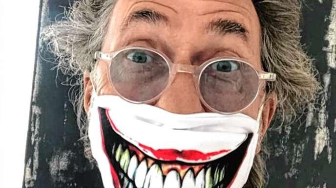 Mit Maske: Hugo Egon Balder.