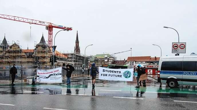 Mit ihrer Blockade der Unionbrücke und großen Bannern machten die Mitglieder des Ortenauer Klimabündnisses auf ihre Anliegen aufmerksam. Der Dauerregen verhinderte wohl eine größere Teilnehmerzahl.
