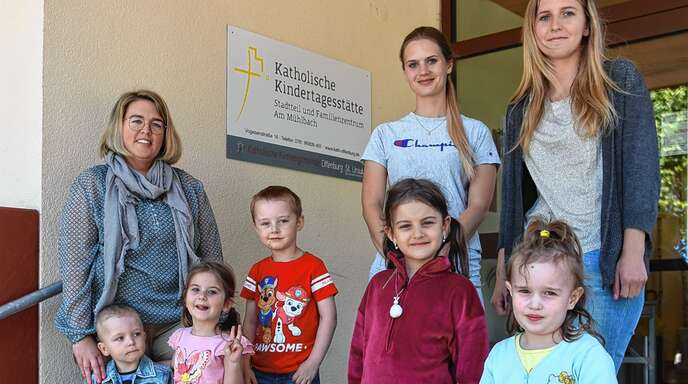 Sie haben jetzt mehr Platz: Kita-Leiterin Nadja Reichert und die Erzieherinnen Veronika Szczawinski und Caroline Albert (von links) mit einigen Kindern.