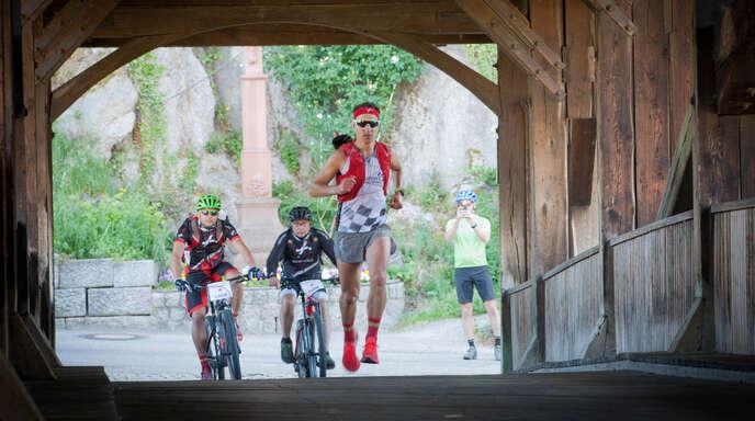 Bei seinem 280 Kilometer langen Lauf auf dem Westweg wurde Jörg Scheiderbauer, hier beim Überqueren einer Brücke bei Forbach, stets von zwei Betreuern begleitet.