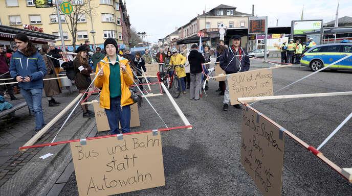 Mit sogenannten Gehzeugen waren die Aktivisten des Klimabündnisses auch schon unterwegs. Sie wollten damit demonstrieren, wie viel Platz ein Auto auf der Straße einnimmt.