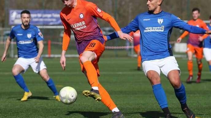 Niklas Kolbe (li.) im Dress des FC Nöttingen gegen Leon Braun (damals noch beim SGV Freiberg): In der neuen Saison spielt der Innenverteidiger für die Stuttgarter Kickers.