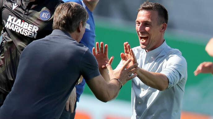 KSC-Trainer Christian Eichner (r.) bejubelte am Sonntag mit Sportchef Oliver Kreuzer den Sieg in Fürth und damit den Klassenerhalt.