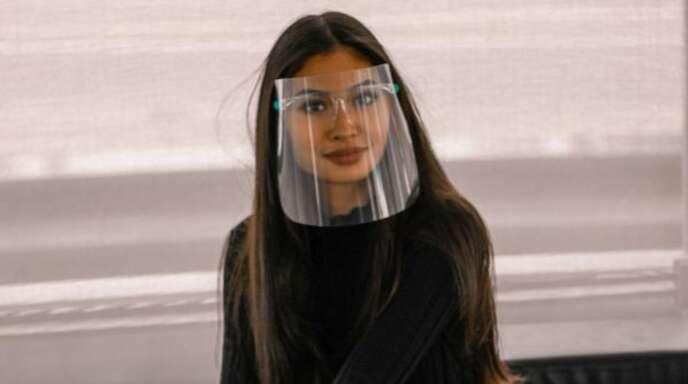 Das Visier aus Plexiglas bietet Schutz und erlaubt den freien Blick auf die Mimik.