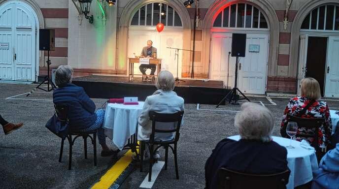 Langersehntes Theatervergnügen: Max Ruhbaum trägt im Hof-Theater in Baden-Baden Texte aus Heinrich Heines Italienreise vor.