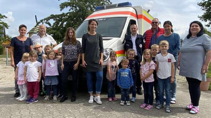 Strahlende Gesichter nach der Spendenübergabe von Sands Vorstandssprecher Klaus Drengwitz (3. v. r.) gab es nicht nur bei Bärbel Dreher (rechts), Leiterin des Kindernestes, und Jürgen Bollack (4. v. r.), Gruppenführer der DRK-Sanitätsgruppe Appenweier.