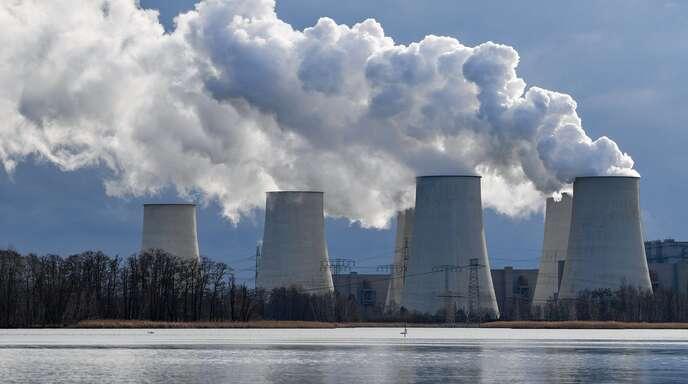 Wasserdampf steigt aus den Kühltürmen des Braunkohlekraftwerkes Jänschwalde der LEAG (Lausitz Energie Bergbau AG).
