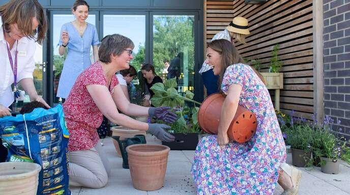 Zusammen mit Ehrenamtlichen bepflanzt Herzogin Kate den Garten eines Hospizes.