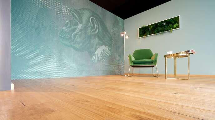 Die wunderbar gleichmäßige Maserung lässt den Blickfängen im Raum den Vorrang.