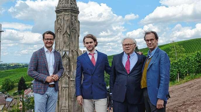Oberbürgermeister Marco Steffens (von links), Jacob Burda, Hubert Burda und Architekt Roberto Peregall bei der Enthüllung des Senatorre in Fessenbach.