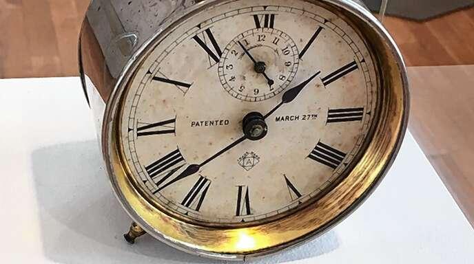 """Zu sehen ist unter anderem der Wecker """"Globe"""" (USA, um 1880)."""
