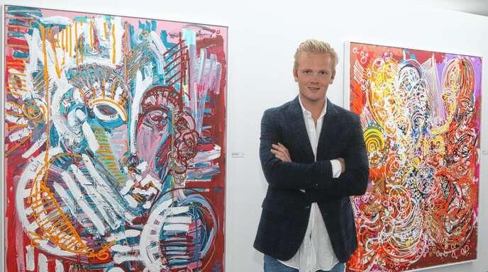Überbordende Lust an der Farbe: Künstler Leon Löwentraut in der Kunsthalle Messmer zwischen zwei großformatigen Bildern seiner Ausstellung.