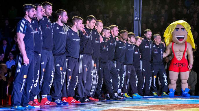 Doch kein gemeinsames Bundesliga-Comeback: Die Mühlenbacher Ringer Peter Öhler (Dritter von links) und Florian Neumaier (Fünfter von links) 2016 in Reihen des Mannschaftsmeisters ASV Nendingen und heute in Diensten des TuS Adelhausen, der auf einen Saison-Start 2020 verzichtet.
