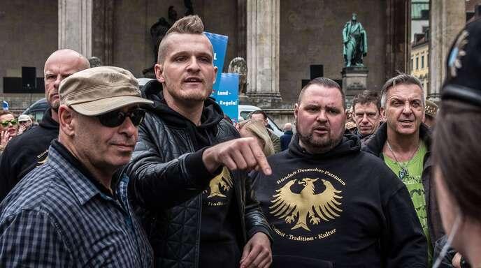 Der rechte Rapper Chris Ares (Mitte) bei einer AfD-Kundgebung im April 2016 in München.