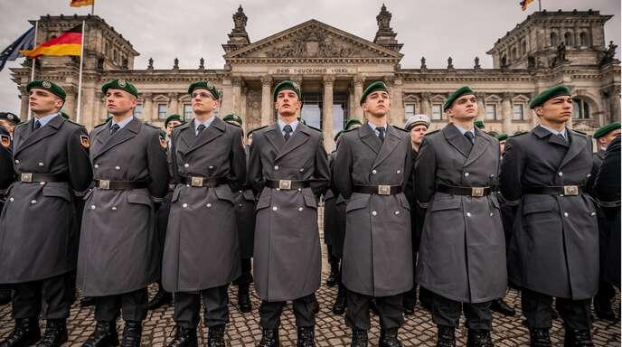 Gelöbnis vor dem Reichstag – soll es dies künftig auch wieder für junge Männer geben, die nicht freiwillig zur Bundeswehr kommen?