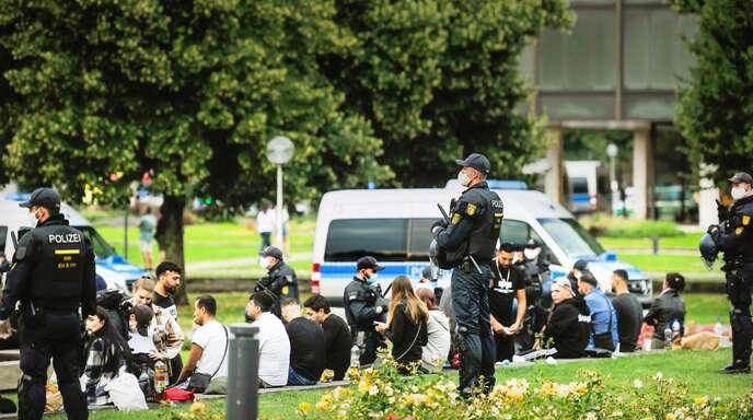 Die Polizei überwacht die Lage im Stuttgarter Schlossgarten – werden fremdländisch aussehende Menschen häufiger kontrolliert als Deutsche?
