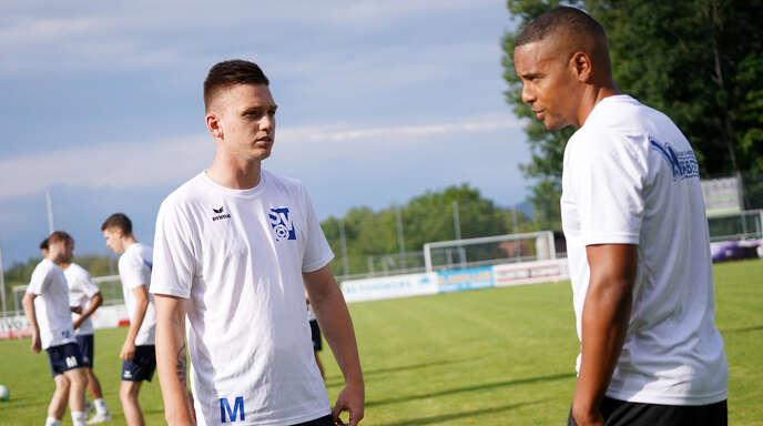 Jonas Busam (links) startet beim SV Oberachern mit Trainer Mark Lerandy (rechts) einen Neuanfang.