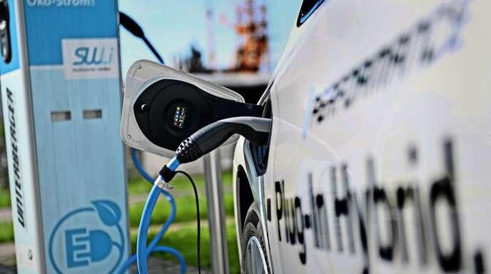 Plug-in-Hybride fahren mit Strom und Benzin.