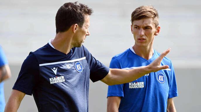 KSC-Trainer Christian Eichner (links), hier mit Neuzugang Benjamin Goller, hofft mit dem Karlsruher SC im Heimspiel gegen den VfL Bochum auf die ersten Punkte der Saison.