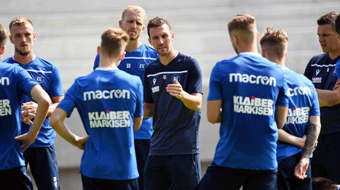 Trainer Christian Eichner (Mitte) hat die Mannschaft des Karlsruher SC gewollt verjüngt.