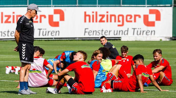 Freiburgs Trainer Christian Streich (links) wirkte nach dem starken achten Platz in der Vorsaison während der Vorbereitung bis zur Verletzung von Stammtorhüter Mark Flekken für seine Verhältnisse fast schon entspannt.