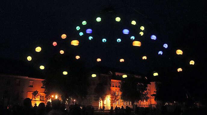 Bunte Lichter ziehen Kreisbahnen über dem Offenburger Kulturforum.
