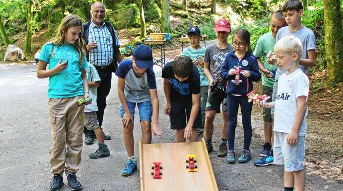Am Seifenkisten-Tag haben sich die Kinder selbst Seifenkisten-Renner gebaut und eine ehemalige Tradition von Zell-Weierbach kennengelernt.