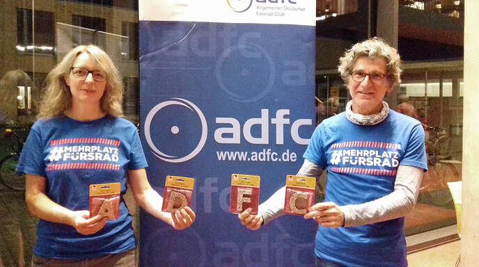 Sie haben sich viel vorgenommen: die neue Vorsitzende des neuen ADFC-Ortsvereins Offenburg, Monika Kunschner, und Kassierer Markus Pfeil präsentierten in der Mensa im Schulzentrum Nordwest ein süßes Geschenk zur Gründung.