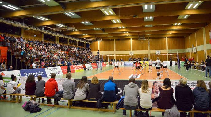 Wie beim DVV-Pokal 2017 wird es in der kommenden Saison bei den Heimspielen des VC Offenburg coronabedingt Plätze für Zuschauer hinter dem Spielfeld geben. So voll wie auf diesem Foto wird die Halle so schnell aber nicht mehr sein.