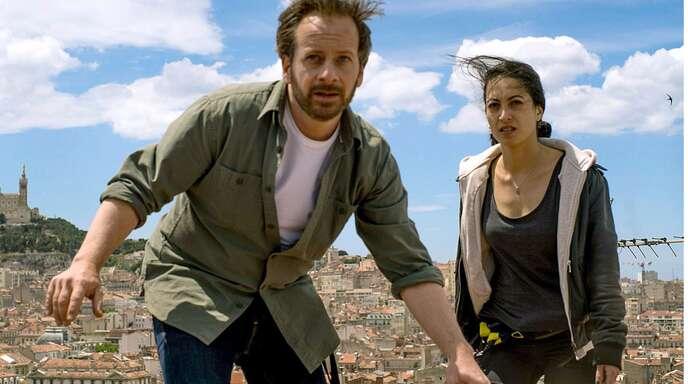 Bruno (Fabian Busch) und Aliya (Sabrina Amali) fliehen über die Dächer von Marseille.