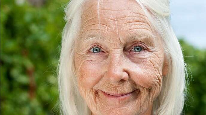 """Die Schauspielerin Sabine Hahn (1937 – 2020) als Oma Anni in der SWR-Serie """"Die Kirche bleibt im Dorf"""""""