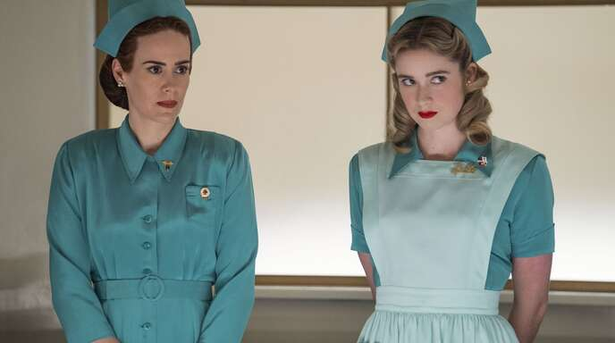 Sarah Paulson als Mildred Ratched (links), Alice Englert als Schwester Dolly