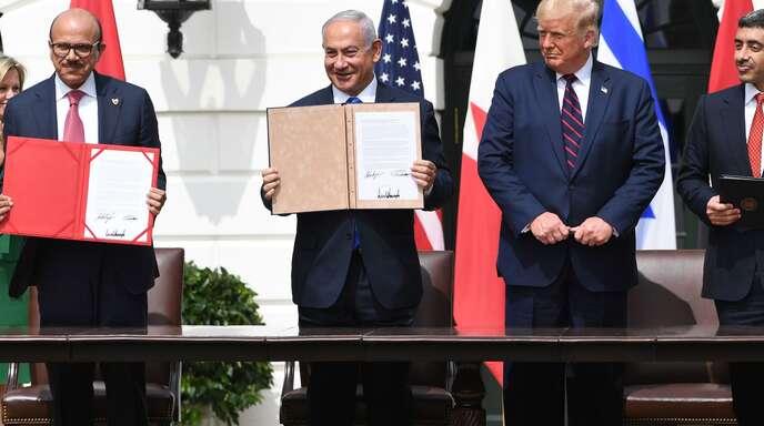 Bahrains Außenminister Abdullatif al-Zayani, Israels Premier Benjamin Netanyahu, US Präsident Donald Trump, der Außenminister der Emirate, Abdullah bin Zayed Al-Nahyan