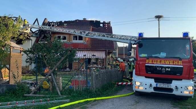 Drei Stunden war die Feuerwehr mit den Löscharbeiten am Wohnkomplex beschäftigt.