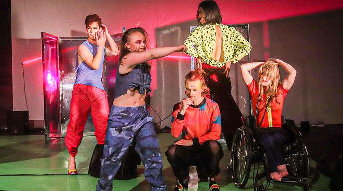 """Überschäumende Performance: Die inklusive Tanzkompanie """"Szene 2wei"""".Foto: Jürgen Haberer"""