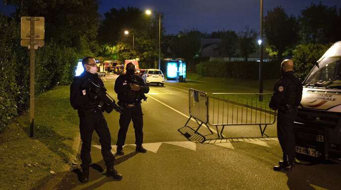Polizisten sperren den Tatort in der Nähe von Paris ab. Die Politik spricht bei der Ermordung eines Lehrers in der Nähe von Paris inzwischen von einem Terrorakt.