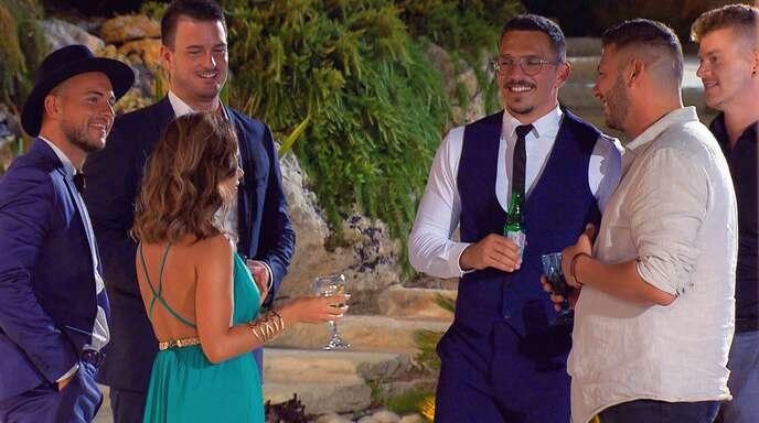 Daniel G., Sebastian, Melissa, Maurice, Adriano und Moritz unterhalten sich in der ersten Nacht der Rosen (v.l.). Noch am gleichen Abend musste Adriano die Heimreise antreten.