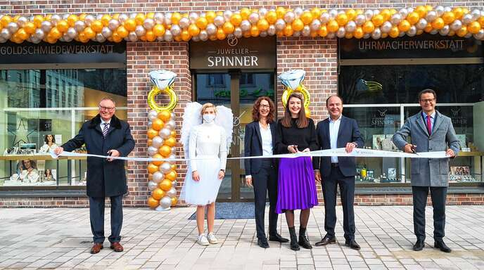 Klaus Kirchberger, Vorsitzender der Geschäftsführung der OFB Projektentwicklung GmbH, das Engels-Maskottchen Ingrid, Annika und Manfred Spinner sowie Offenburgs Oberbürgermeister Marco Steffens kamen am 13. November zum feierlichen Banddurchschnitt zusammen.