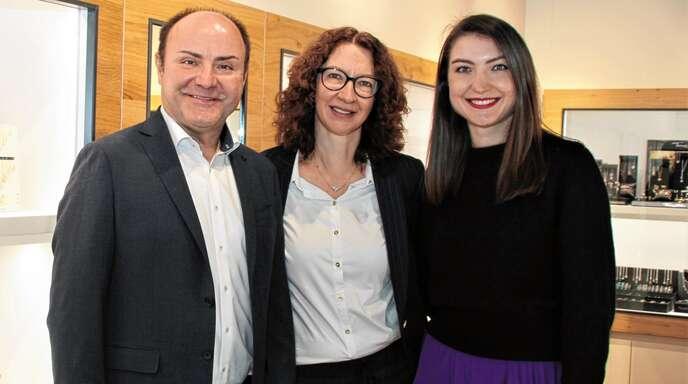 Manfred Spinner, Ehefrau Ingrid und Tochter Annika freuen sich über die Eröffnung ihrer zweite Filiale in der Offenburger Innenstadt.