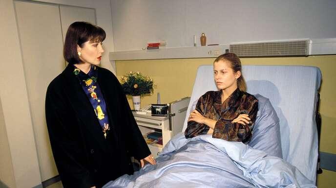 Das waren noch Zeiten, als Clarissa von Anstetten (Isa Jank, links) ihre Tochter Julia gängelte.