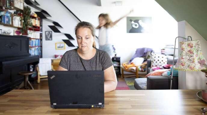 92 Prozent aller Eltern haben ihre Kinder Ende März/Anfang April alleine zuhause betreut, so die Autoren der Mannheimer Corona-Studie.