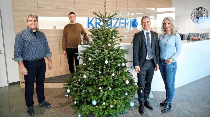 """Bei der Übergabe der Weihnachtsspende von Kratzer: Florian und Carmen Kratzer (rechts) mit den beiden hauptamtlichen Vorständen des Vereins """"Leben mit Behinderung"""", Joachim Haas und Wolfgang Dürr (von links)."""