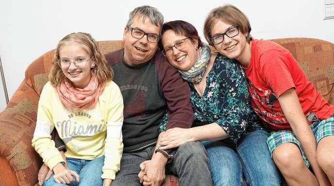 Die 14 Jahre alte Janina aus Schwaibach ist an Mukoviszidose erkrankt. Ihre Eltern Markus und Sabine Braun und Bruder Domenik (17) gehen offen mit der Krankheit um und achten darauf, dass das Familienleben durch sie nicht zu sehr eingeschränkt wird.