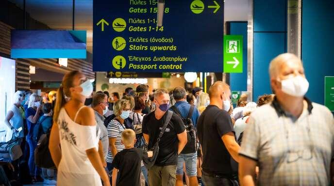 Deutsche Reisende auf dem Flughafen Rhodos. Bereits im Sommer kam es wegen Corona zu Beschwerden bei verschiedenen Airlines.