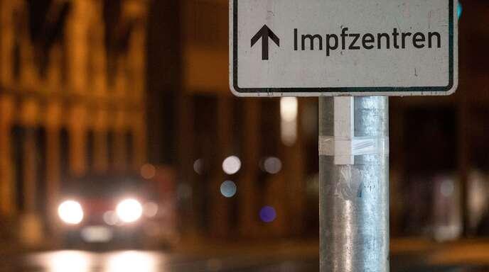 Ein Schild weist in der Stuttgarter Innenstadt den Weg zu den Impfzentren.