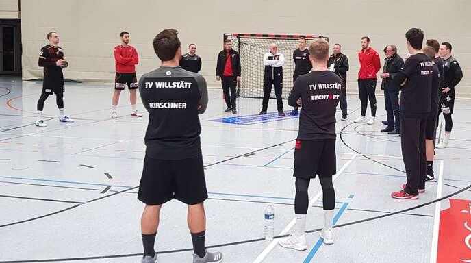 Willstätts Handball-Chef Rainer Lusch (6. v. r.) beim Trainings-Auftakt des TVW am Montagabend. Der Trainingsumfang wurde nun reduziert, da nicht vor März gespielt wird.