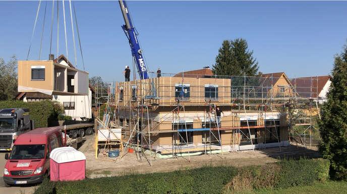 Dank der modularen Bauweise wächst das Haus in kürzester Zeit in den Himmel.